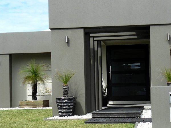 view of entrance of modern house